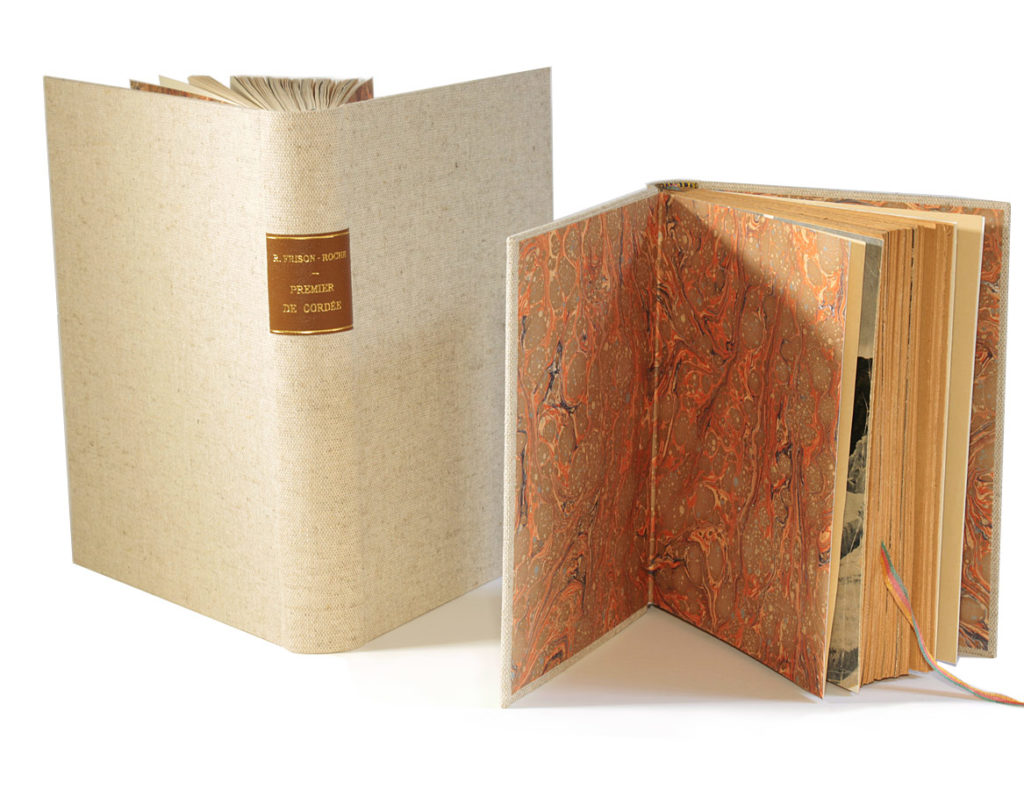 Pleine toile, pièce de titre en cuir, gardes en papier marbré