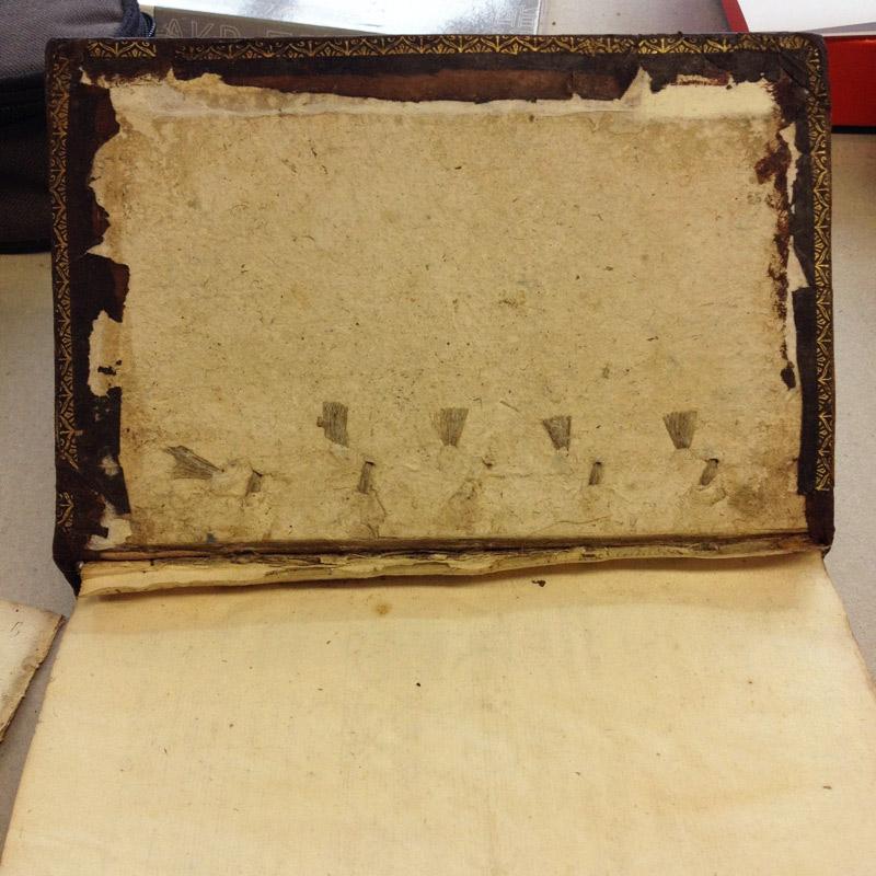 Remise en place du cuir avec sa dorure d'origine